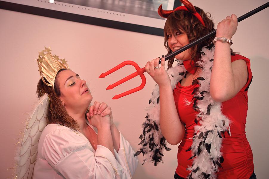 Un ange supplie un démon menaçant muni d'une fourche de l'épargner