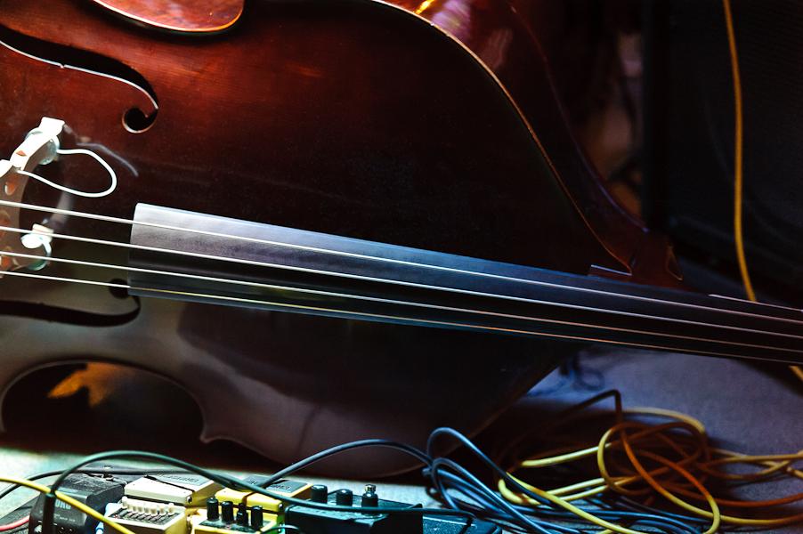 La contrebasse posé au sol avec les effets guitare