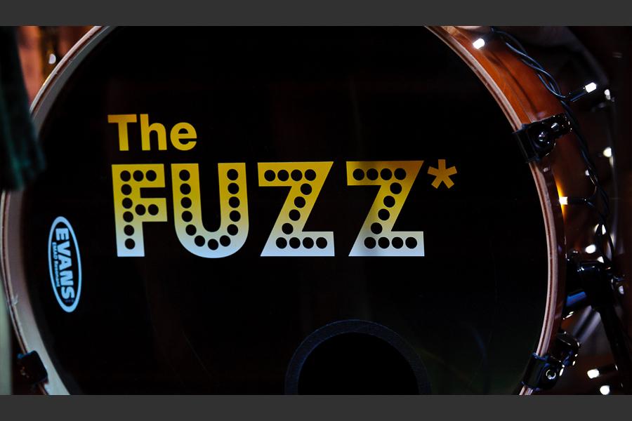 La batterie du groupe avec le logo The Fuzz* inscrit dessus