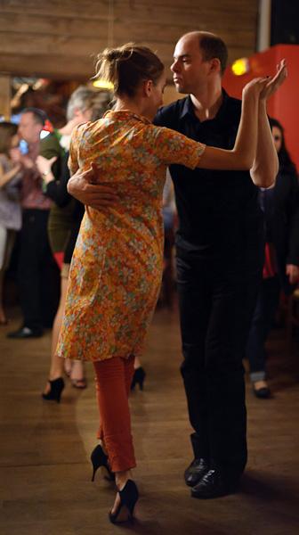 un couple danse le tango parmi d'autres
