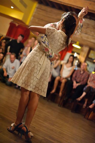 Une couple de danseur de tango autour du public