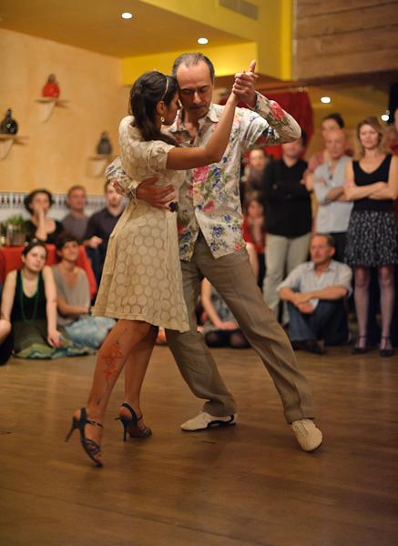 un danseur et une danseuse de tango en couple sur la piste de danse