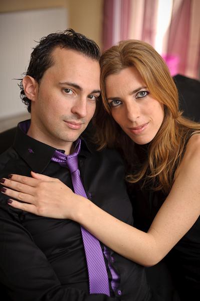 Portrait d'un joli couple se tenant dans les bras sur un canapé