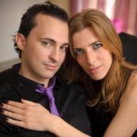 Un homme et une femme assis dans un canapé serrés dans leur bras