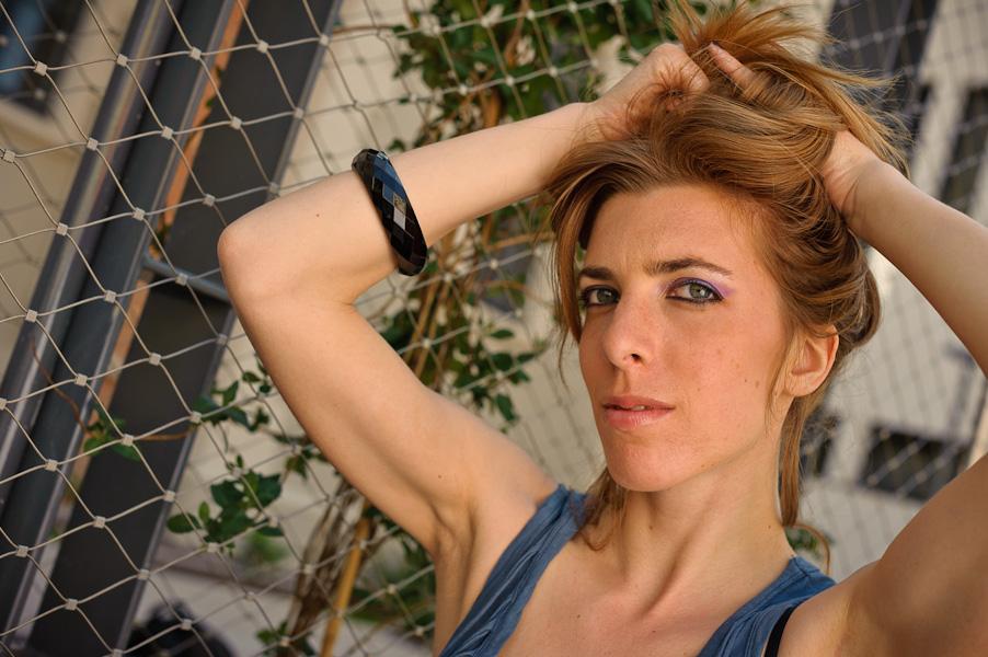 Portrait en extérieur d'une jolie rousse au yeux bleus-verts