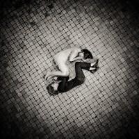 Deux jeunes femmes recroquevillé l'une contre l'autre sur un sol à carreaux