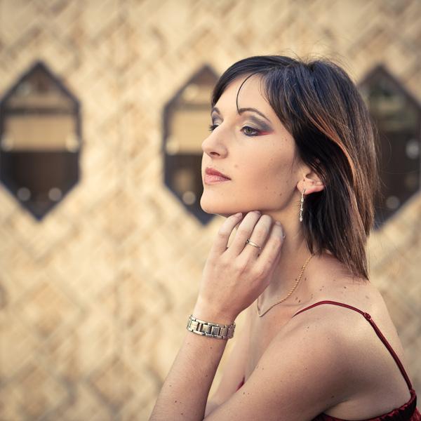 Une belle femme sentant la bise lui caresser les cheveux