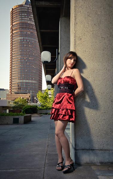 """Portrait d'une jeune fille en robe rouge sur fond de tour du crédit lyonnais """"le crayon"""""""