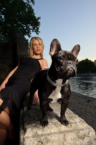 Portrait d'un chien et sa maitresse au bord d'une rivière