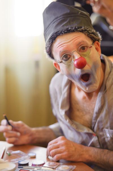 Le clown est surpris par l'appareil photo
