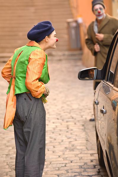 Deux clown arrêtent un taxi dans la rue