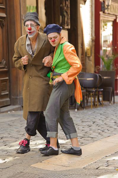 Deux clowns se baladent dans la rue en se méfiant d'un objet par terre