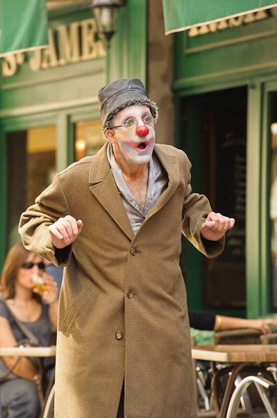 Un clown surpris et dubitatif dans la rue
