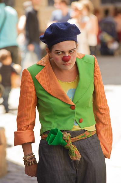 Une clown jalouse et furieuse après son clown