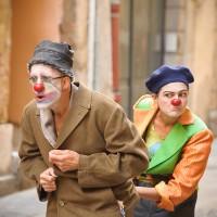 Deux clowns découvrant leur nouveau terrain de jeu, la rue