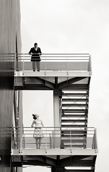Portrait d'un couple se regardant entre deux étages d'un escalier de secours