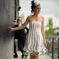 La future mariée dans sa belle robe se promène pendant que son futur mari l'observe au loin