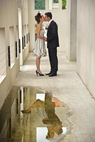 Portrait décallé d'un couple qui s'embrasse mais saute de joie dans le reflet de l'eau