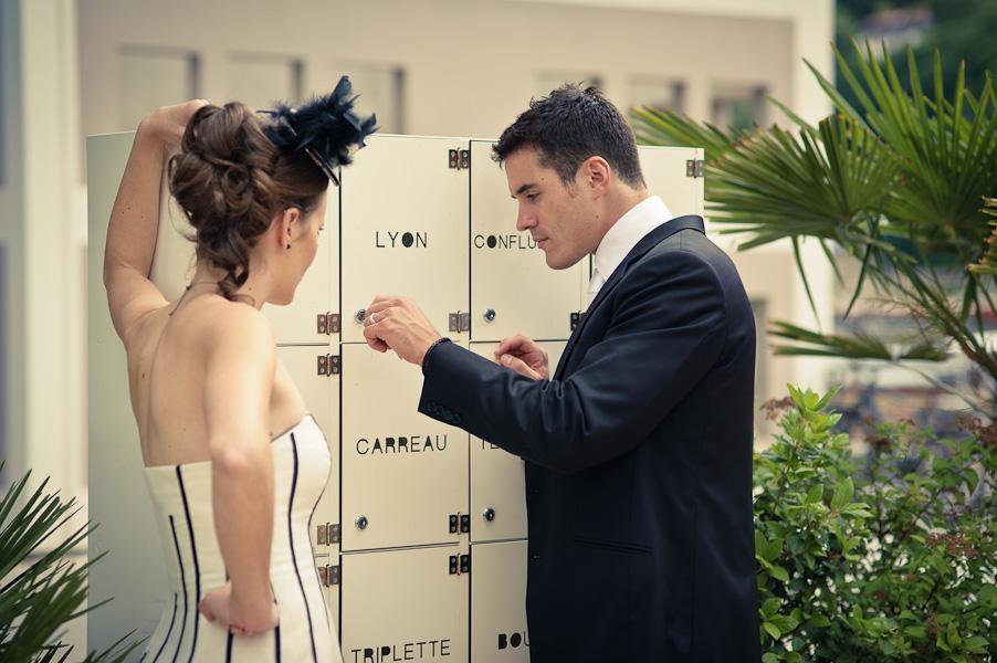 Un bel homme tente d'ouvrir la porte de Lyon pour sa ravissante femme