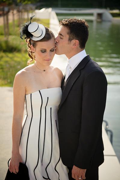 Le mari embrasse tendrement sa ravissante épouse sur la joue.
