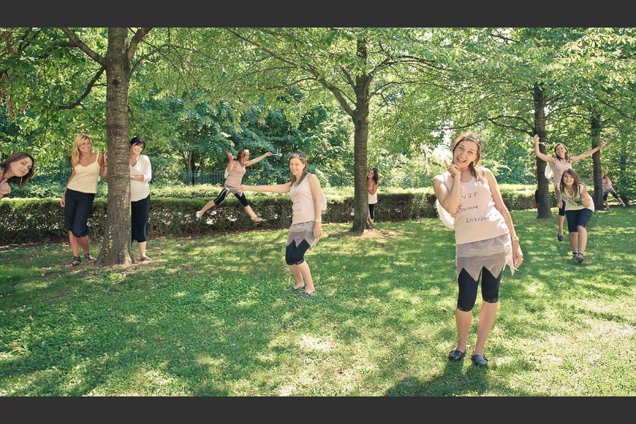 Cloning montrant une jeune femme déguisé en fée qui poursuit ses copines avec sa baguette magique