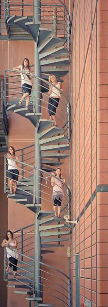 Portrait de cinq jeunes femmes debout dans un escalier en colimaçon