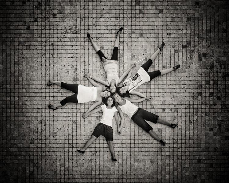 Portrait de cinq jeunes femmes couchés sur le sol en étoile