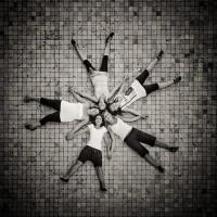 Cinq jeunes filles sont couchées sur le sol en formant une étoile
