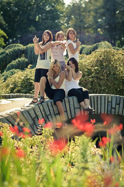 Portrait de cinq jeunes femmes sur un pont en pierre imitant les drôles de dames