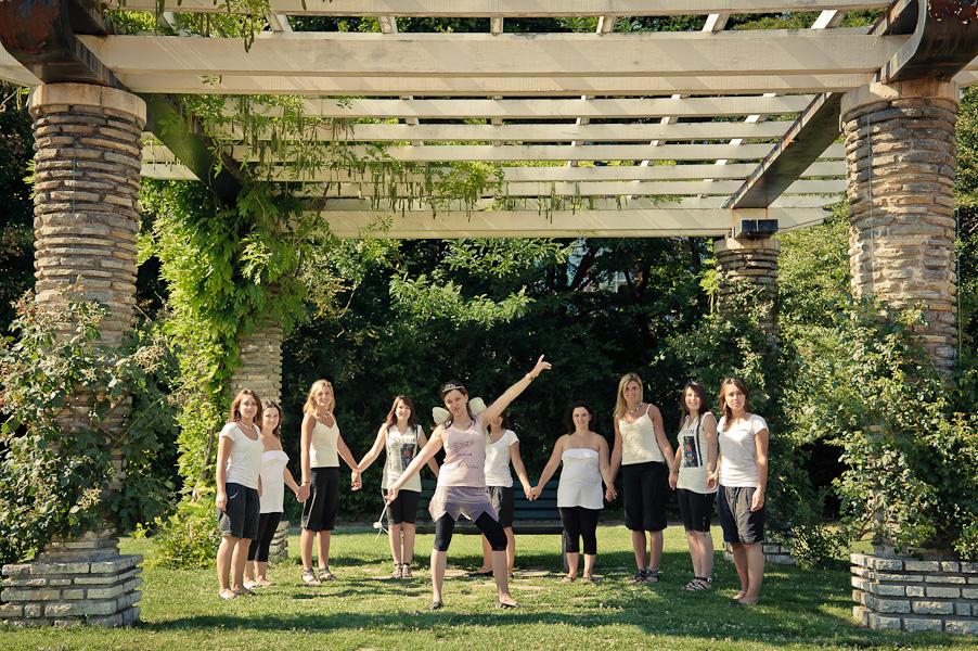 Cloning d'une future jeune mariée entourée de ses copines clonées