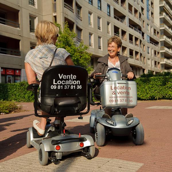 Deux femmes discutent entre elles, assises sur leur scooteur électrique