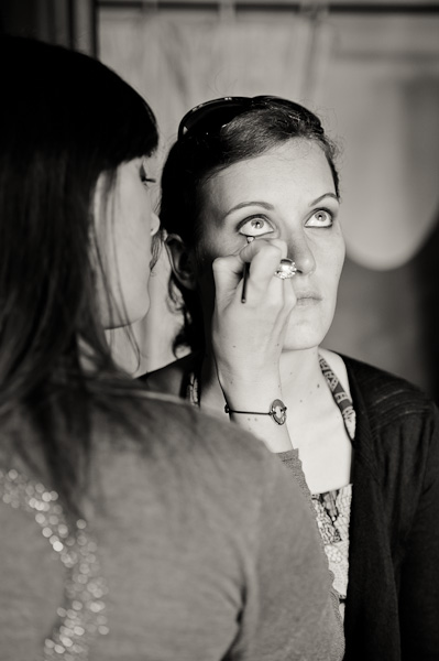 Portrait de la mariée en train de se faire maquiller les yeux