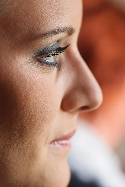 Portrait sérré de la mariée après la séance maquillage