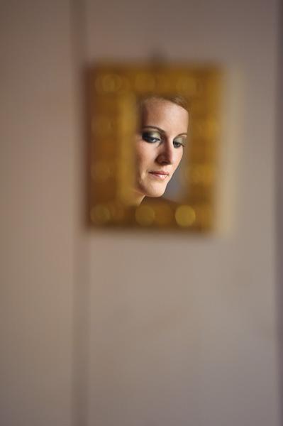 Portrait de la mariée dans un petit mirroir