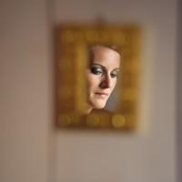 Portrait de la mariée dans un petit miroir