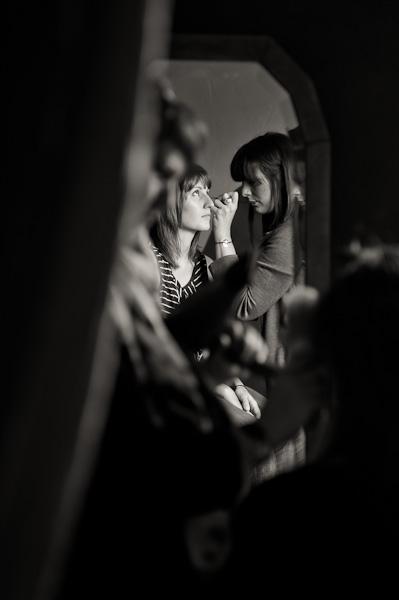 Reflet de la maquilleuse exerçant son art avec une invité