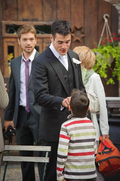 Portrait du marié taquinant un enfant