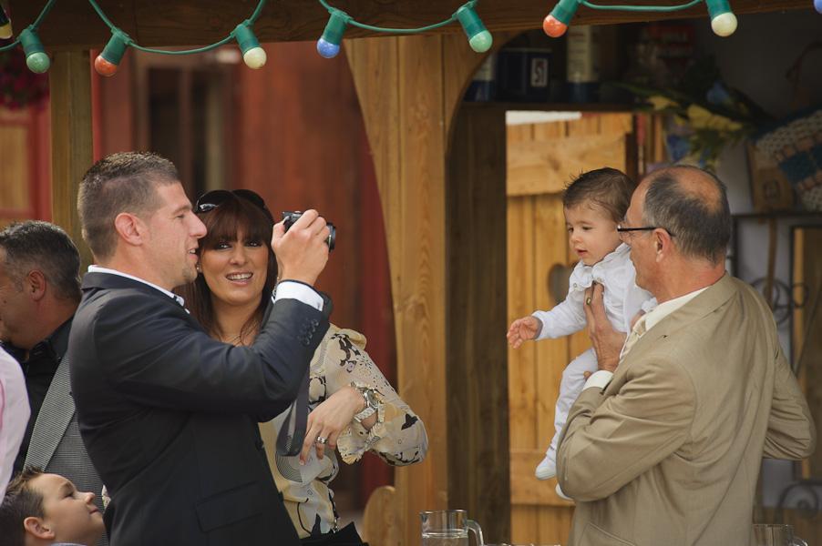 Portrait d'une famille prenant en photo son enfant