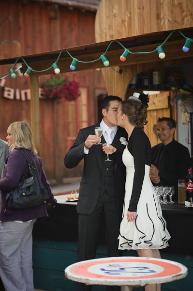 Portrait des mariés s'embrassant après avoir porté un toast