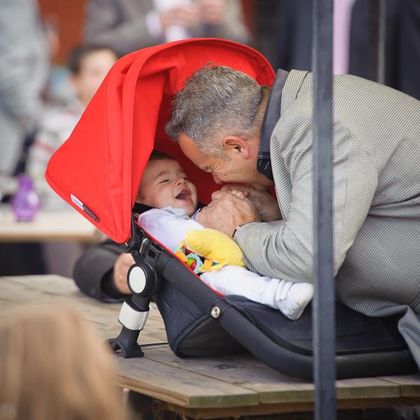Portrait d'un grand-père jouant avec son petit fils