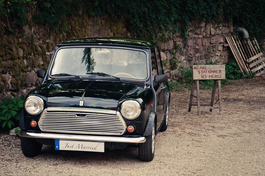 La voiture des mariés, une mini, avec Just Married inscrit sur la plaque