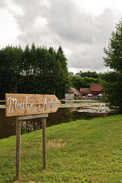 Vue extérieur du moulin d'artus avec le panneau indiquant son emplacement