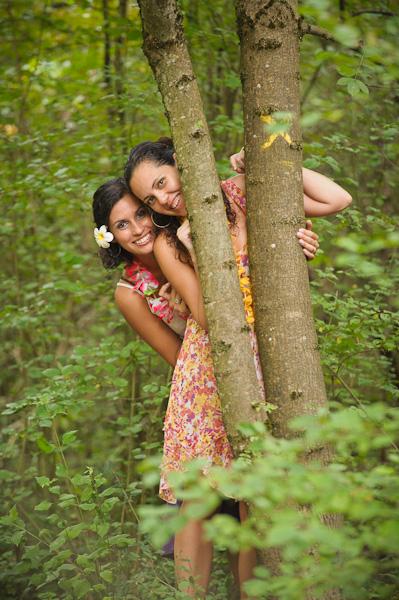 Portrait de deux jolies réunionaises jouant à cache-cache derrière un arbre