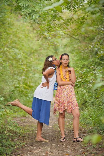 Portrait de deux jeunes réunionnaises se disant des secrets dans un joli sous-bois