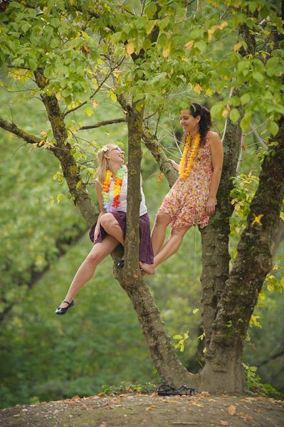 Portrait de deux jeunes femmes assises dans un arbre