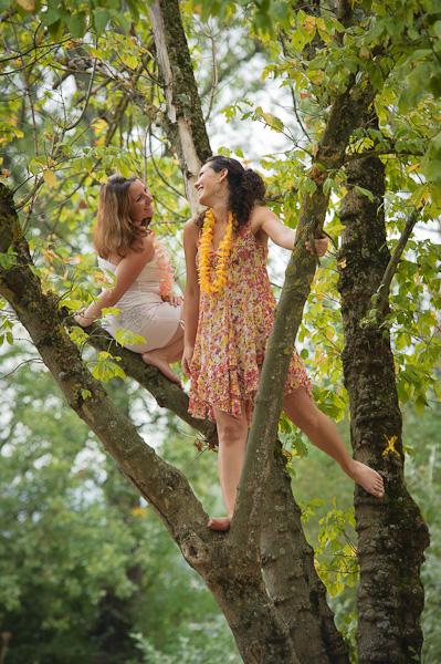 Portrait de deux jeunes femmes riant dans un arbre