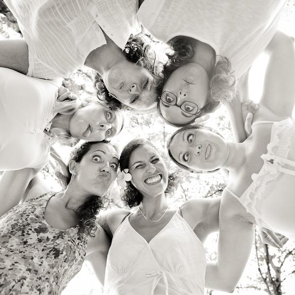 Portrait de six copines faisant la grimace en se tenant par les épaules
