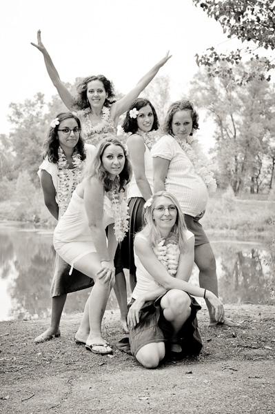Pourtrait d'un groupe de six jeunes femmes en noir et blanc près d'un lac