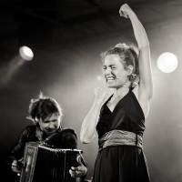 Portrait d'une chanteuse accompagnée de son accordéoniste en noir et blanc