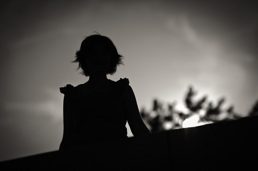 Portrait d'une jeune femme enceinte en contre jour en noir et blanc